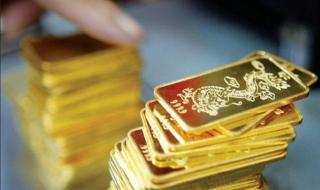 Giá vàng tiếp tục sụt giảm, áp lực bán tăng cao