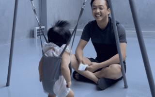 Đàm Thu Trang khoe khoảnh khắc Cường Đô La hoá ông bố bỉm sữa chăm con cực thuần thục