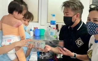 Đàm Vĩnh Hưng trao tận tay 200 triệu cứu giúp bé gái 3 tuổi bị bỏng nặng